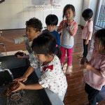 第2湘南まるめろ保育園の3歳児さん、テラスでお芋をゴシゴシ洗いました。