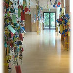 こちらも湘南まるめろ保育園の笹飾りです。3本の笹にクラスを分けて飾り付けました。