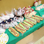 1歳児さんは廃材を使ったサンドウィッチやハンバーガーやドーナツやケーキなどが並んでいます。