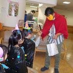湘南まるめろ保育園の5歳児さんは、特別養護老人ホームかりんと企業主導型保育園まるめろっじにもおやつを貰いに行きました。