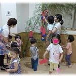 第2湘南まるめろ保育園の笹飾りです。届かないところは保育士と一緒に飾りつけました。