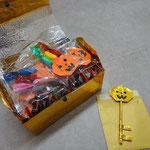 魔法の鍵と2歳児の先生たちが作った玩具のお菓子。みんな大喜びでした♪
