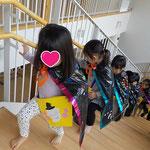 第2湘南まるめろ保育園の3歳児さん、湘南まるめろ保育園の階段をワクワクしながら登っています。