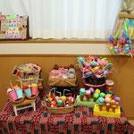 2歳児さんはカマボコ板を加工したチョコレート子どもたちが紙を丸めたり、絵を描いたりパーツを貼ったお菓子屋さんでした。