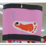 第2湘南まるめろ保育園の遊戯室に飾られた提灯。足形を利用してお魚になりました。