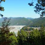 川の中州に、杉の植林に囲まれた村落があるのが見えます。