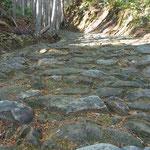 古い石畳の道を下ります。