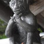 西教寺の「身代わり手白猿」‥屋根の上で祈っています