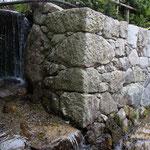 「律院」脇の石積みと流れる比叡山からの清水‥美しい