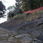 本来は右の岩盤を登っていき、巨岩の間を参拝していたそうです。