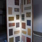 伝統的な着物柄を並べた屏風