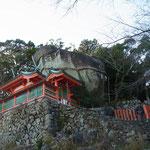 巨岩の横に社殿が設けられています。