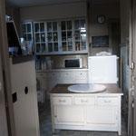 大理石のパンこね台のある台所