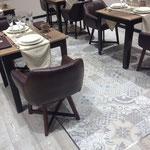 Restaurant mit modernen Fliesenboden