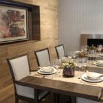 Esszimmer mit Fliesen an Wand und Boden in Holzoptik