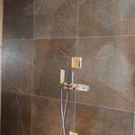 Dusche mit Wandfliesen