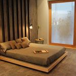 Schlafzimmer mit Fliesen an Wand und Boden