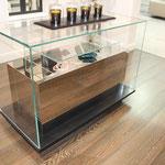 Boutique mit Fliesenboden in Holzoptik