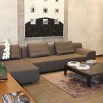 Wohnzimmer mit Fliesen an Wand und Boden