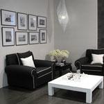Wohnzimmer mit Boden- und Wandfliesen