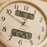 時計には温度と湿度も表示されます