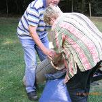 Die Brutröhre  wird mit Kompost und Sägemehlspäne ausgelegt