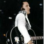 Elvis Presley (let op het Kenpo Crest logo op de gitaar)
