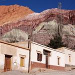 Purmamarca, mit dem Cerro de los Siete Colores, dem Berg der sieben Farben