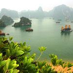 Tolle Aussicht von einer der 3000 Inseln in der Halong Bay