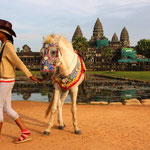 Das komplette Areal von Angkor Wat misst inklusive des Wassergrabens in West-Ost-Richtung knapp 1,5 km und in Nord-Süd-Richtung knapp 1,3 km