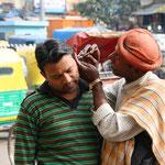 Für einige Rupien kann man sich die Ohren putzen lassen