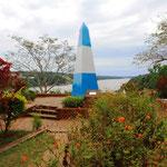 Hier im Dreiländereck Argeninien, Brasilien und Paraguay. Jedes der drei Ufer jeweils ebenfalls mit einem übergroßen Grenzstein in den Landesfarben gekannzeichenet.