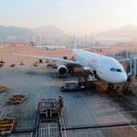 Lange Reise von Bangkok, über Hong Kong, Zwischenstopp in Dhaka, Bangladesch, und Ankunft in Kathmandu um Mitternacht