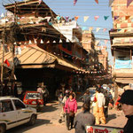 In den Strassen Kathmandu's. Wieder eine ziemliche Umstellung für uns. Hier geht's noch wusliger zu und her wie in Vietnam.