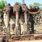 Besichtigung der alten Stadtmauern des Angkor Thom mit den eindrucksvollen Terrassen und Tempeln. Bild: Elefantenterrasse beim Angkor Thom
