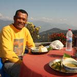Naran, mein Guide für die Woche Trekking. Ein wirklich bescheidener, wunderbarer Mensch. Hier sind wir gerade zusammen am Dal Bhat essen. Wir assen immer zuviel und konnten nachher kaum noch laufen.