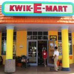 Einkauf bei Apu Nahasapeemapetilon im Kwik–E–Marts.