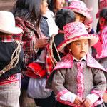Kinder führen einen Tanz auf