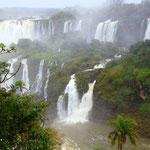 Der Mythos der Guarani erzählt die Wasserfälle als Werk des vor Eifersucht rasenden Gottes Mboi. Der bösartige und rachsüchtige Gott in Form einer Riesenschlange verlangte jedes Jahr eine Jungfrau...