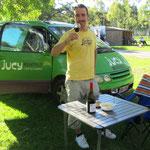 Wein testen auf dem Campingplatz