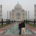 Wir standen um fünf Uhr in der Früh auf fürs berühmte Taj Mahal und wir waren tatsächlich die Ersten. Yeeeeeeeeeesssss!!!! :)