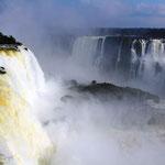 Der Name Iguazú hat seinen Ursprung aus den guaranischen Wörtern y für Wasser und guasu für groß.