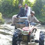 Die Wege waren teilweise vom Wasser versperrt, nette Laoten brachten Hilfe