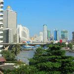 Unser Round-the-World-Ticket führte uns über Weihnachten nach Bangkok. Diese Stadt eignet sich ideal für Besorgungen für weiter Länder, welche noch nicht so entwickelt sind. In den grossen Shoppingcenter von Bangkok bekommt man alles.