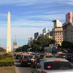 An der Av. 9 de Julio mit dem Wahrzeichen von Buenos Aires, dem Obelico. Die Strasse ist unglaublich breit, wir zählten ca. 20 Fahrspuren!?!?! Buenos Aires kann man hier nicht mehr sagen!!!