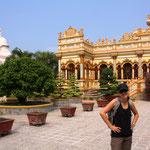 Unterwegs ins Mekong-Delta. Stopp bei einem Tempel, aber wir wissen leider nicht mehr wie der heisst!!! :)