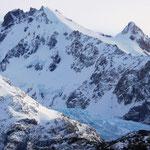 Blick auf andere Berge mit einem Gletscher