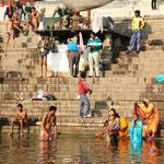 Pilger, welche am Ganges baden und sich waschen.