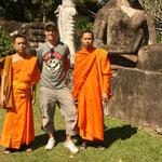 jaja, diese Mönche, manchmal einwenig schräge Vögel. Diese beiden fanden mein Mario Shirt geil und wollten mit mir Fotos machen.