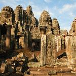 Bayon im Angkor Thom. In dieser Tempelanlage wird man von 216 gewaltigen Gesichter angestarrt. Von weitem nicht so spektakulär, aber dann...